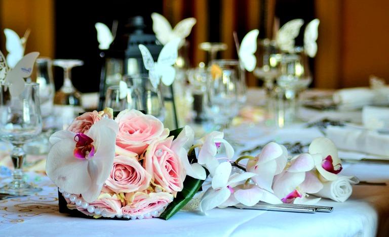 Bouquet et pétales de roses rose.